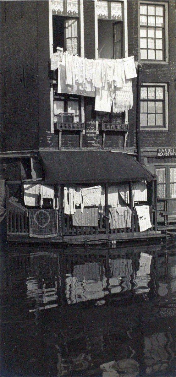 J.P. Albach, Wasgoed tegen de achtergevel van Zeedijk 16, gezien vanaf de Oudezijds Voorburgwal, c. 1938. Foto Stadsarchief Amsterdam