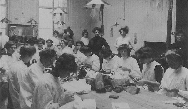 Het naaiatelier van Maison de Bonneterie in Den Haag, 1907. Foto uit Tot op de draad, de vele levens van oude kleren.