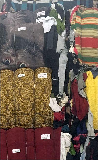 Balen oude kleren bij een recyclingbedrijf