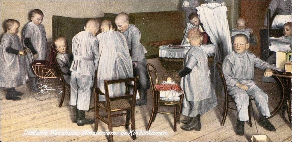 De kinderkamer in het Diaconie-weeshuis Tesselschadestraat Amsterdam, c. 1920 (detail). Coll. Beeldbank Amsterdam