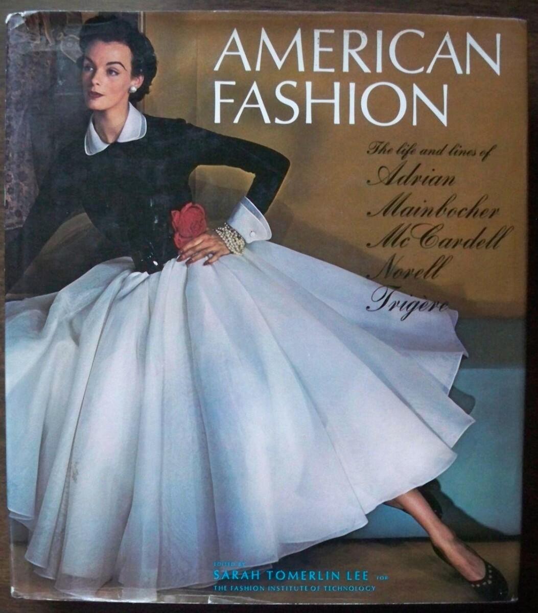 Een boek van Sarah Tomerlin Lee over o.a. Mainbocher (1975, te koop bij Amazon) met op het omslag een jurk die veel lijkt op het door Nancy Mitford beschreven exemplaar.
