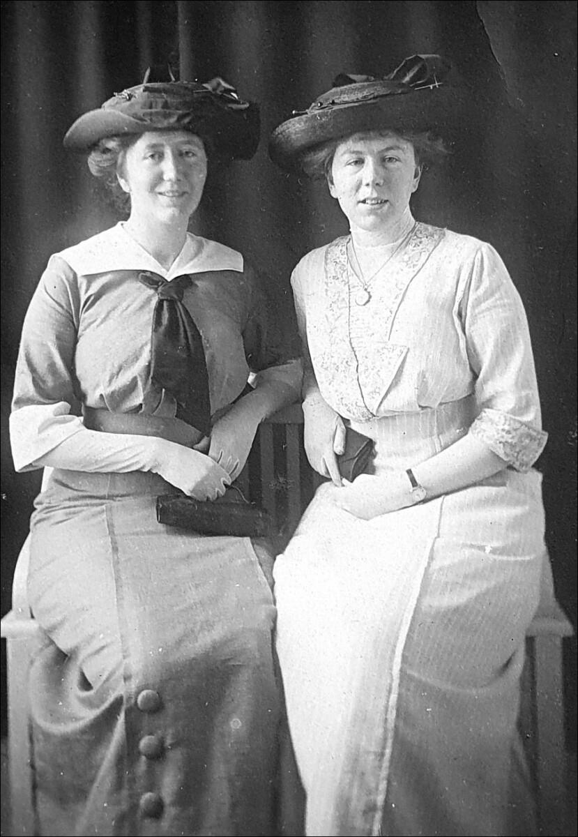 Laura en Nelly de Fouw, Den Haag, c. 1910-1920.