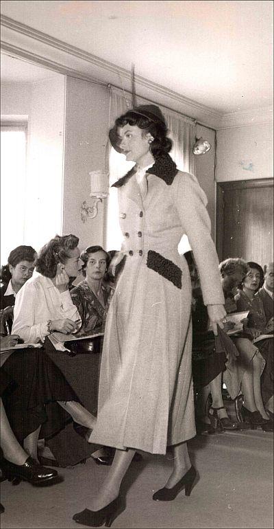 Een modeshow bij Charles Montaigne in Parijs, 1948/49