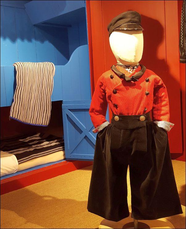 Volendammer jongen in het Klederdrachtmuseum