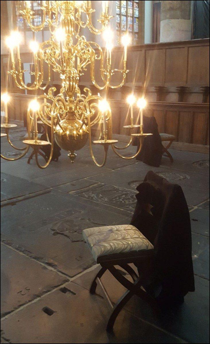 'Attente', een installatie van 15 stoelen in de Oude Kerk van Christian Boltanski, december 2017